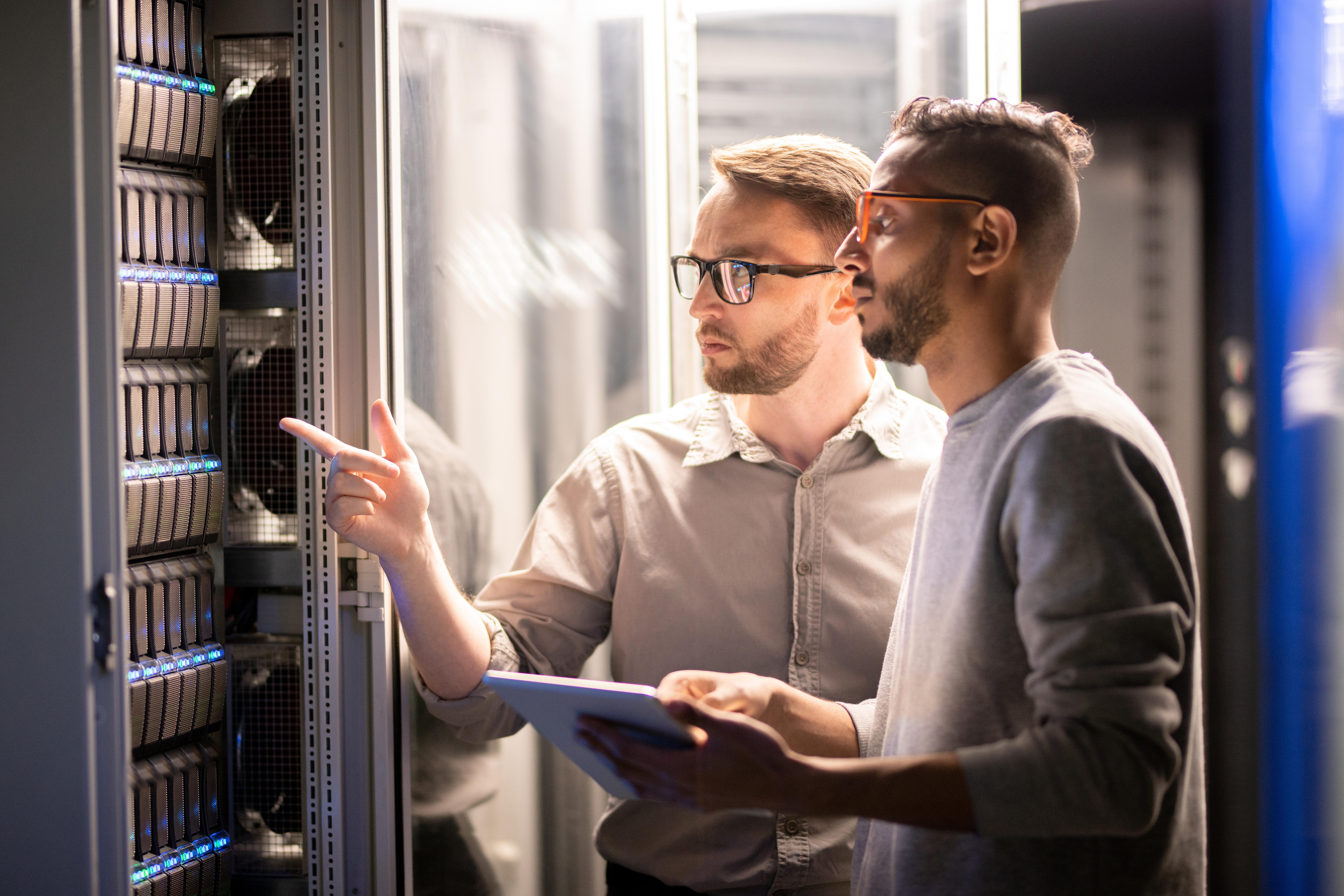 Zwei Männer prüfen die IT-Infrastruktur